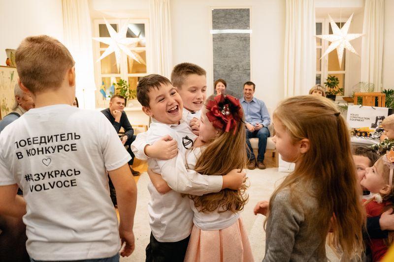Посол Швеции в Беларуси наградила участников конкурса рисунков  «Раскрась шведскую технику»